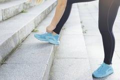 Jeune athlète féminin courant des escaliers Photographie stock libre de droits