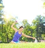 Jeune athlète féminin dans les vêtements de sport s'exerçant avec l'haltère dans a Image stock