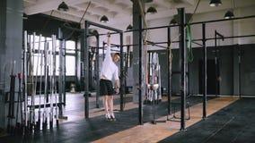 Jeune athlète faisant des exercices sur la barre banque de vidéos