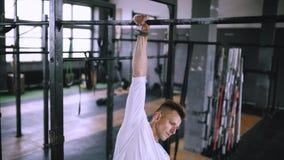 Jeune athlète faisant des exercices sur la barre clips vidéos