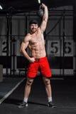 Jeune athlète faisant des oscillations d'haltère Photo stock
