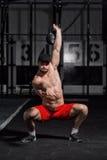 Jeune athlète faisant des oscillations d'haltère Photo libre de droits
