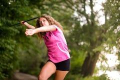 Jeune athlète jetant un javelot en nature Photographie stock libre de droits