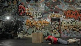 Jeune athlète Man Doing un exercice de saut de boîte dans le crossfit de gymnase clips vidéos