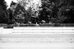 Jeune athlète masculin Running sur la voie Images stock