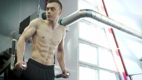 Jeune athlète masculin utile Trains Abdominal Muscles dans le gymnase clips vidéos
