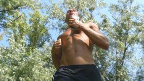 Jeune athlète musculaire courant au chemin forestier Homme fort actif s'exerçant dehors Mâle sportif beau convenable banque de vidéos