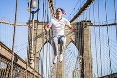 Jeune athlète s'exerçant et sautant sur le pont de Brooklyn photographie stock