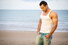 Jeune athlète sur la plage Photo libre de droits