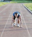 Jeune athlète sur le début photo stock
