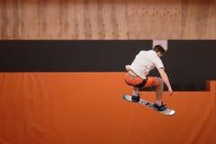 Jeune athlète sur le trempoline dans le vol gracieux image stock