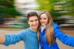 Jeune automne de couples Photo stock