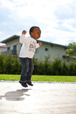 Jeune bébé dans le jardin Photographie stock