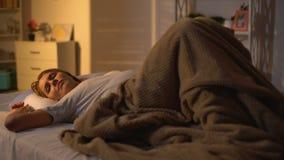 Jeune bébé de transport féminin se levant du lit dans le matin, bien-être courant de jour clips vidéos