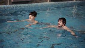 Jeune bain de famille dans la piscine clips vidéos