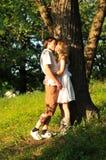 Jeune baiser de couples à l'extérieur dans la forêt Images libres de droits