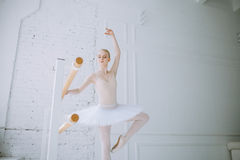Jeune ballerine dans la classe de ballet Photo stock