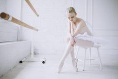 Jeune ballerine dans la classe de ballet Image stock