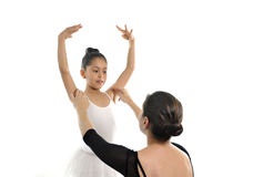 Jeune ballerine de petite fille apprenant la leçon de danse avec le professeur de ballet Images libres de droits