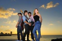 Jeune bande musicale posant à l'extérieur avec l'assiette photos stock
