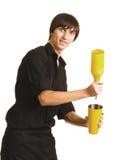Jeune barman avec un dispositif trembleur et une bouteille image libre de droits