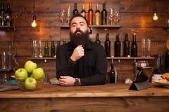Jeune barman beau barbu derri?re le compteur de barre images stock
