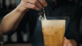 Jeune barman professionnel préparant la fin d'extérieur de cocktails vers le haut de la limonade se renversante de dispositif tre banque de vidéos