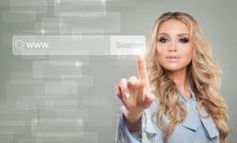 Jeune barre d'adresse de navigateur de Touching Virtual Web de femme d'affaires photos stock