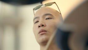 Jeune battement asiatique de batteur sur des tambours banque de vidéos