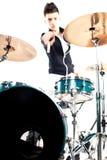 Jeune batteur expressif jouant aux tambours avec le bâton de tambour image stock