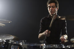 Jeune batteur Playing Drum Kit In Studio Photos stock
