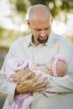 Jeune bébé beau de Holds His Newborn de père Photo libre de droits