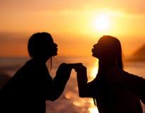 Jeune beau baiser d'amis de silhouette Photos stock
