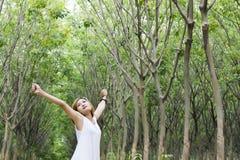 Jeune beau bout droit asiatique de femme appréciant avec l'air frais dans t Photographie stock libre de droits