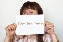 Jeune beau brunette retenant une carte Photo stock
