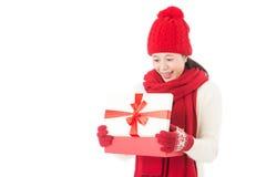 Jeune beau cadeau d'ouverture de femme étonné et heureux photo libre de droits