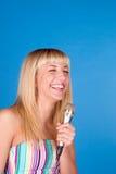 Jeune beau chant blond de fille d'isolement photo stock