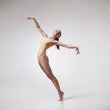 Jeune beau danseur dans le maillot de bain beige photographie stock
