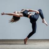 Jeune beau danseur posant dans le studio photographie stock