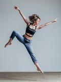 Jeune beau danseur posant dans le studio images libres de droits