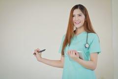 Jeune beau docteur féminin de sourire heureux montrant le secteur vide f Photo stock
