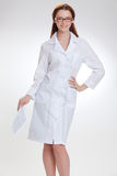 Jeune beau doctorin dans le manteau blanc de medicinska Images stock