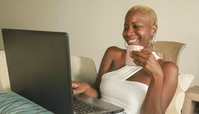 Jeune beau et heureux sourire afro-américain noir de femme excité ayant l'amusement sur l'Internet utilisant le media social sur  photos libres de droits