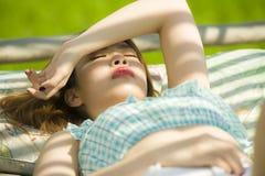 Jeune beau et sexy mensonge coréen asiatique de femme confortable au lit de jardin de station de vacances de vacances ayant le br photographie stock
