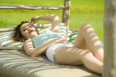 Jeune beau et sexy mensonge coréen asiatique de femme confortable au lit de jardin de station de vacances de vacances ayant le br images libres de droits