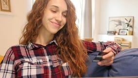Jeune beau femme avec l'ordinateur portatif banque de vidéos