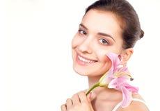 Jeune beau femme avec la fleur rose Photo libre de droits