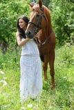 Jeune beau femme avec le cheval Photo libre de droits