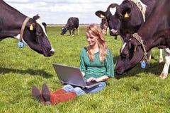 Jeune beau femme avec son ordinateur portatif Images stock