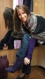 Jeune beau femme dans la cabine d'essayage. images libres de droits